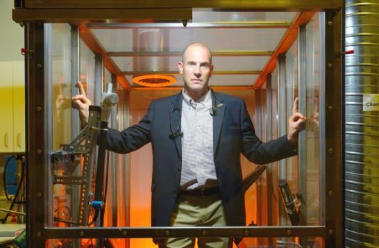 Le pneumologue et chercheur Chris Carlsten dans le dispositif qu'il a utilisé pour ses études. Photo: Don Erhardt