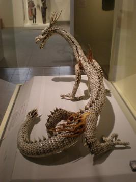 Dragon articulé japonais de la période Meiji, en métal, ivoire et perles - Wikipédia