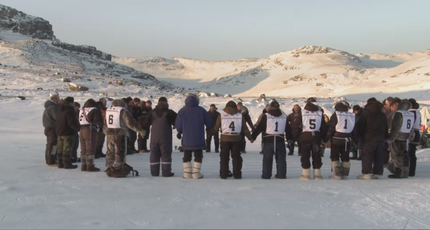 Les mushers Inuit se préparant à la course arctique de 600 km en traîneaux à chiens (Catbird Productions)