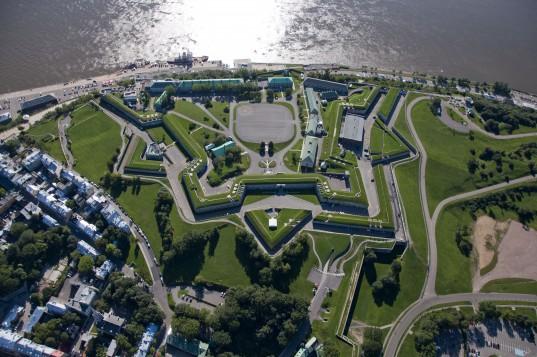 C'est le romancier britannique Charles Dickens qui a été l'un des premiers à nommer les murs fortifiés de la ville Québec « Le Gibraltar de l'Amérique du Nord ».