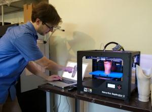 Ryan Schmidt a utilisé le logiciel 3D, MeshMixer, qu'il a créé pendant ses études au doctorat à l'Université de Toronto, pour modéliser notamment un joint aux formes osseuses. (Julia Burpee)