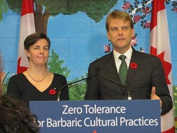 Plusieurs fois lors de son discours, le ministre a souligné que les valeurs canadiennes ne pouvaient accepter les « pratiques barbares ». CBC News