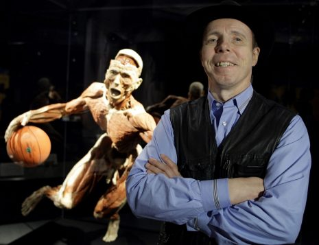 Gunther von Hagens devant l'un des spécimens de l'exposition Body Worlds.  (Crédit photo:  AP Photo/Ibrahim Usta)