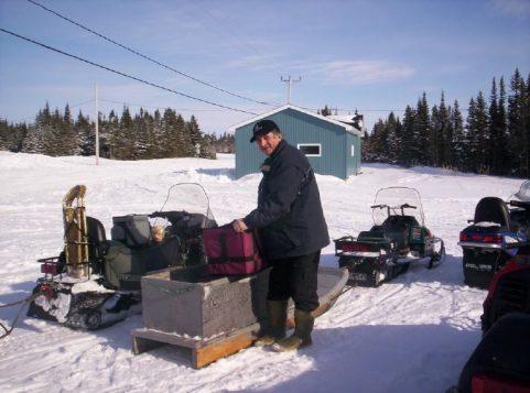 Dans le Nord, les bénévoles se rendent chez les bénéficiaires en motoneige pendant les mois d'hiver et en véhicule tout-terrain le reste de l'année. (Club des citoyens Seniors de Chevery/Regroupement des popotes roulantes)