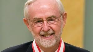 Le savant Arthur McDonald est vu ici en Avril 2008, quand il a été nommée Officier de l'Ordre du Canada. Arthur B. McDonald oeuvre au département de physique de l'Université Queen's, à Kingston, en Ontario. (Fred Chartrand / Presse canadienne)