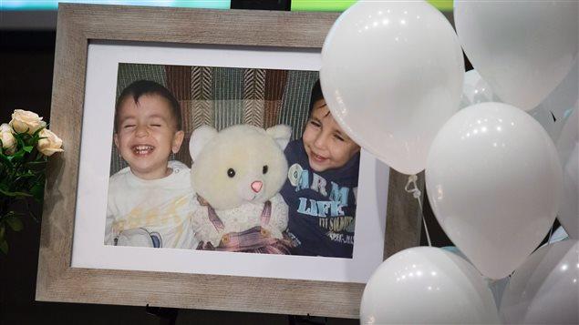 Une photo du petit Alan et de son frère Galip Kurdi exposée lors d'une cérémonie à leur mémoire et à celle de leur mère, à Vancouver en septembre. Photo : PC/DARRYL DYCK