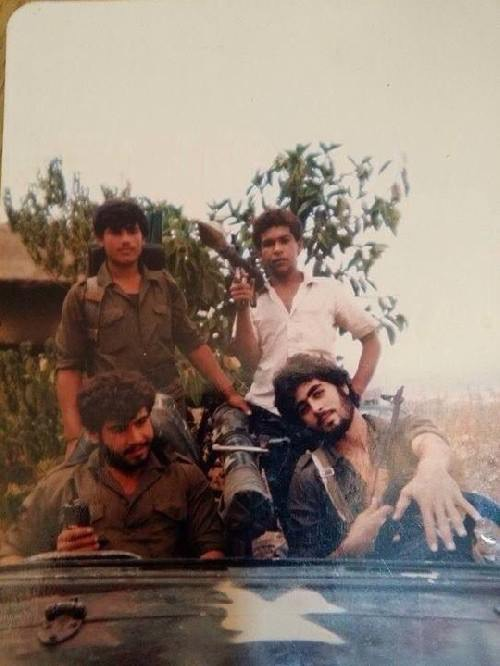 Cette photo postée sur le site LiveLeak.com et par la suite partagée sur les réseaux sociaux prétendait montrer Barack Obama portant une chemise blanche et brandissant un lance-grenade aux côtés de Abu Bakr al-Baghdadi, aujourd'hui à la tête de à la tête de l'État islamique d'Irak