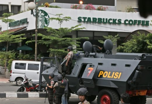 Un véhicule blindé de la police est stationné à l'extérieur d'un café Starbucks près du lieu d'une explosion à Jakarta . (Achmad Ibrahim / The Associated Press)