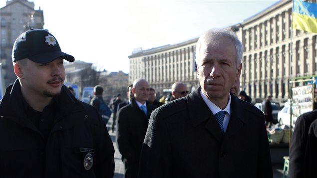 Stéphane Dion dans les rue de Kiev en Ukraine le premier février dernier. Photo : Sergei Chuzavkov