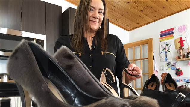 Nicole Camphaug confectionne des chaussures dans sa cuisine et les vend sur Facebook. CBC/Duncan McCue