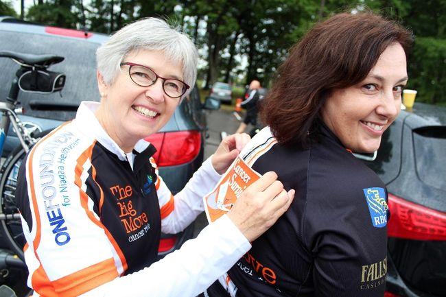 La spécialiste du cancer encourage une bénévole. Photo crédit : stcatharinesstandard.ca/