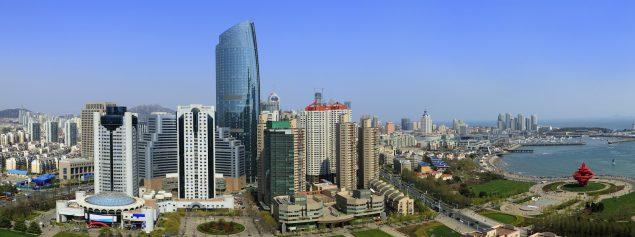 Qingdao, dans la province de Shandong dans l'est de la Chine, est une ville portuaire de gratte-ciel, de parcs et de plages bordant la mer Jaune. En 2009, Qingdao a été nommée ville la plus agréable de la Chine par l'Institut chinois de la compétitivité des villes. Wikipédia