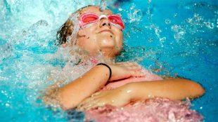 La Société de sauvetage du Canada offre depuis 2012 des leçons de sécurité de l'eau pour les nouveaux arrivants. (The Associated Press)