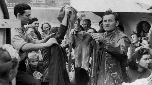 Des immigrants britanniques en route pour le Canada en 1949 sur le navire Victory - Express/Getty Images