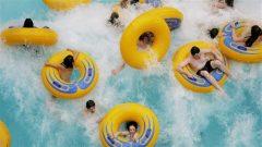 Des enfants au parc d'amusement du West Edmonton Mall en Alberta. Crédit photo : PC / Jordan Verlage