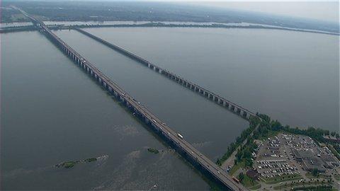 L'estacade du pont Champlain sur la droite de l'image. (Radio-Canada)