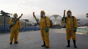 Des travailleurs étendent de l'insecticide à Rio de Janeiro, au Brésil le 31 mai dernier. Crédit photo : Reuters/Pilar Olivares