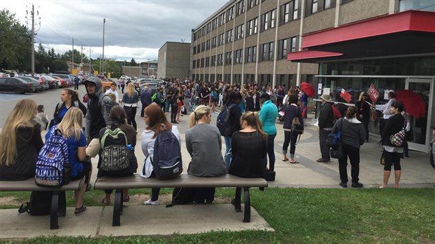 Au Cégep de Trois-Rivières, des étudiants attendent de rentrer lors de leur première journée d'étude le 22 août 2016. © Radio-Canada/Josée Ducharme