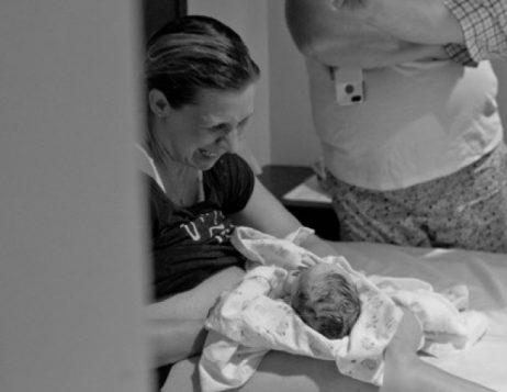 La maman porteuse et le nouveau-né (Geneviève Georget)