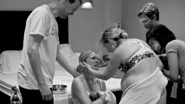 Amy Cameron partageant un moment de pure tendresse avec la nouvelle maman de la petite Julie, Hilda Riva (Geneviève Georget)