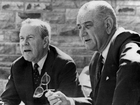Le premier ministre canadien Lester B. Pearson et le président américain Lyndon Johnson en 1967 (Associated Press)