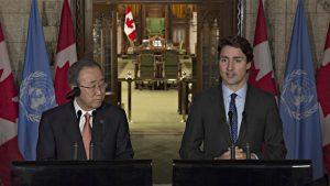 Le secrétaire général des Nations unies, Ban Ki-moon, et le premier ministre Justin Trudeau. Après une décennie de relations distantes, Ottawa veut se rapprocher de l'ONU Crédit photo : PC / Adrian Wyld