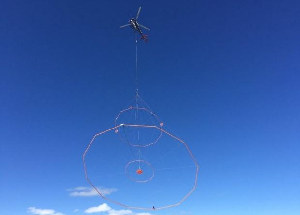 Le capteur de rêves géologique héliporté dans le ciel du Yukon (Vic Istchenko/CBC)