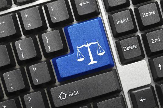 Symbole de justice sur un clavier / iStock
