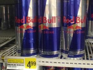Des cannettes de Red Bull en vente au nord du 60e parallèle. Notez le prix ! (David Common/CBC)