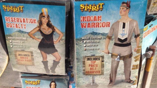 Des costumes portant les noms de «Reine de la réserve», «Guerrier indien» ou «Esprit originel». PHOTO : HOLLY CARUK/CBC