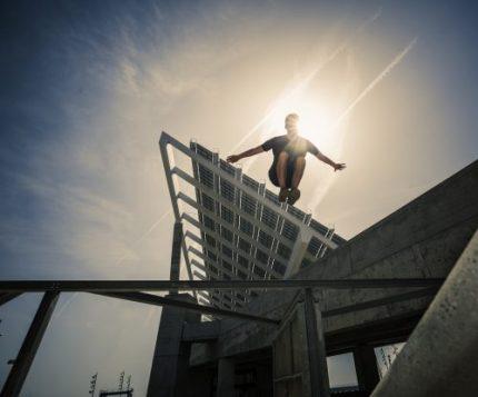 Adolescent practique le Parkour | Aluxum/ Getty Images