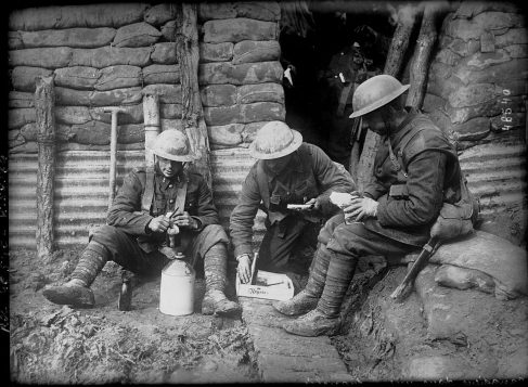 Soldats canadiens dans une tranchée - Archives publiques