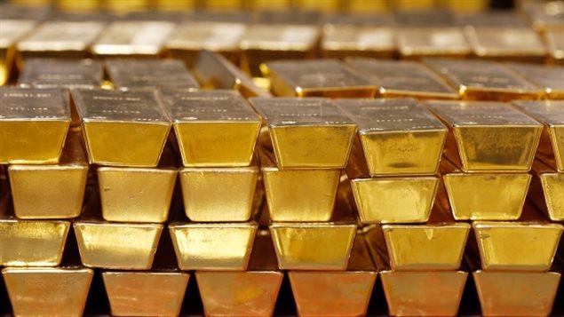 Les cours du pétrole baissent aussi de plus de 3 %. Dans ce contexte, l'or, valeur refuge, s'est nettement apprécié, d'environ 5,4 %. Des lingots d'or. PHOTO : ASSOCIATED PRESS