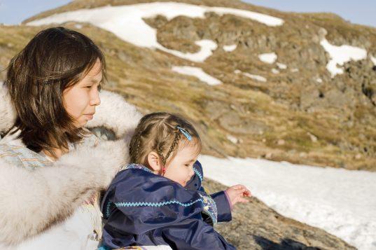 Une mère et sa fille dans l'île de Baffin dans territoire du Nunavut, dans le Grand Nord canadien. Crédit photo : Ryerson Clark