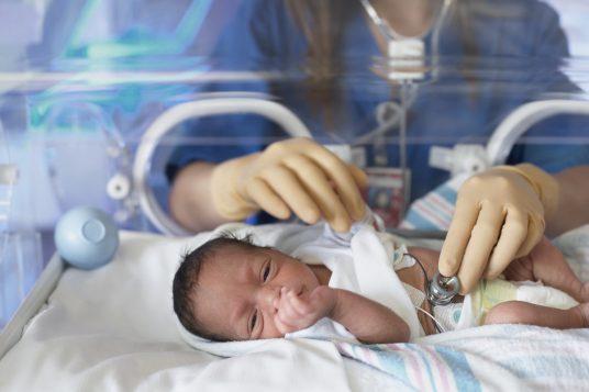 Un nouveau né dans un incubateur à l'hôpital Photo : Blend Images - ERproductions Ltd | Getty Images
