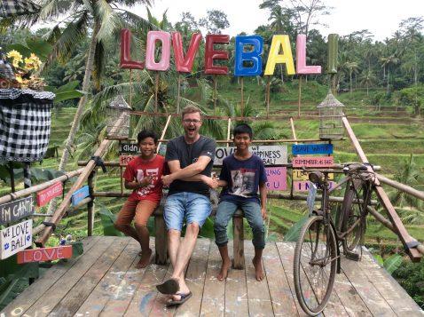 Philippe Roy en compagnie de deux des enfants de ses employés à Bali