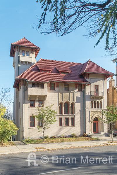 Maison De Sola, 1913. Façade hispano-mauresque de la maison De Sola. L'entrée de l'avenue des Pins se trouve au quatrième niveau de la demeure, qui en compte huit. (Photo Brian Merrett)