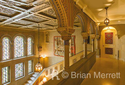 Maison De Sola, 1913 - Le patio vu depuis la mezzanine. On remarquera les multiples arcs outrepassés qui couronnent les ouvertures. La courbure de cet arc cintré tend à revenir légèrement sur elle-même. Elle outrepasse donc l'arrondi conventionnel (Photo Brian Merrett)