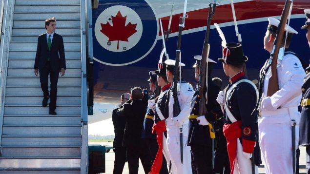 Le premier ministre à son arrivée en Argentine, jeudi matin. Photo : Canadian Press / Presse canadienne / Sean Kilpatrick