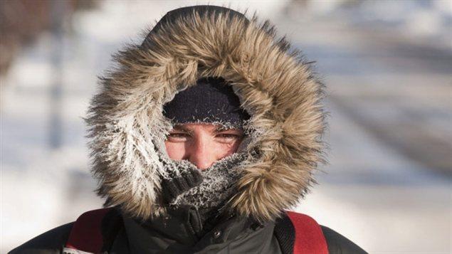 Un Canadien en manteau d'hiver dans le grand froid Photo Credit: CBC