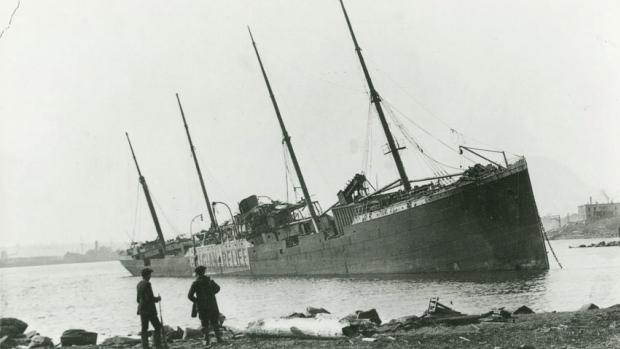 Le SS Imo n'a pas coulé lors de l'explosion de 1917. Sur le flan du navire, côté tribord, on peut lire la bannière « Belgian Relief ». Ce navire transportait des vivres et des médicaments. Il faisait route vers la Belgique. C'est en 1921 qu'il est allé par le fond, aux îles Malouines, après s'être éventré sur les rochers. Le capitaine était complètement ivre. (Nova Scotia Archives & Record Management/Canadian Press)