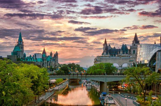 Le canal Rideau (UNESCO) au coucher du soleil à Ottawa (iStock)