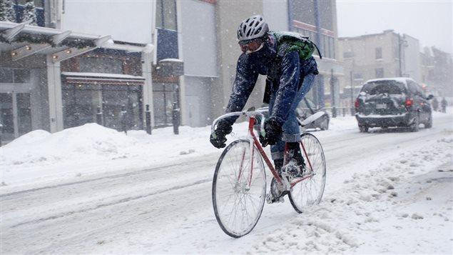 Faire du vélo en hiver n'est plus un non-sens même en sens interdit. Photo Credit: Istock