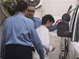 Alexandre Bissonnette est escorté vers une camionnette après avoir comparu devant un tribunal le lendemain du meurtre d'une mosquée à Québec. JACQUES BOISSINOT / LA PRESSE CANADIENNE