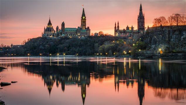 Ottawa, la colline parlementaire, telle que vue de Gatineau sur la rive québécoise de la rivière des Outaouais Photo Credit: IS / iStock