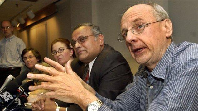 Le docteur Donald Low, le 22 mai, 2003 lors d'une conférence de presse au sujet de l'épidémie de SRAS. © Aaron Harris