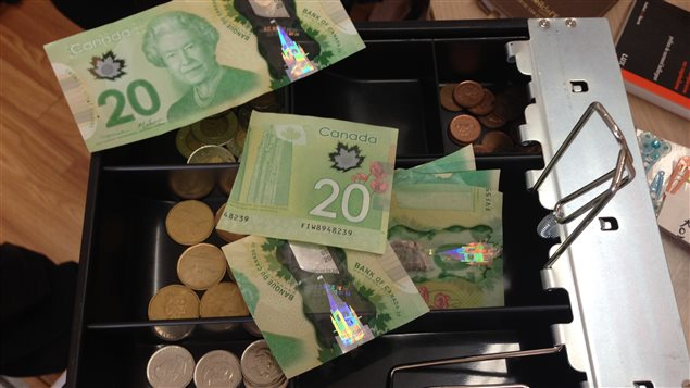 Cette monnaie locale, qui porte le nom « le demi, », circule de main en main et consiste en des billets ordinaires de la Monnaie royale canadienne qui ont été coupés en deux. Chaque morceau vaut ainsi la moitié de la valeur du billet original.