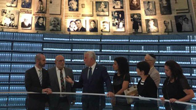 Philippe Couillard a visité le mémorial Yad Vashem, lieu de mémoire qui relate les faits de l'histoire ayant conduit à l'holocauste. Photo : Radio-Canada/Twitter/Martine Biron