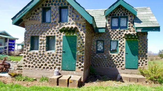 Le du prince douard un homme construit un village avec for Anne la maison au pignon vert film