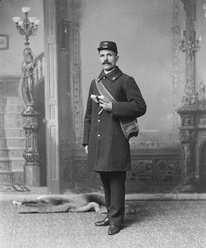 Le facteur québécois François-Xavier Giroux en uniforme en 1894 - Bibliothèque et Archives Canada